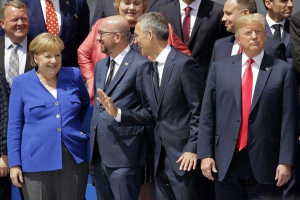 北约峰会领导人拍全家福 特朗普与默克尔尴尬同框