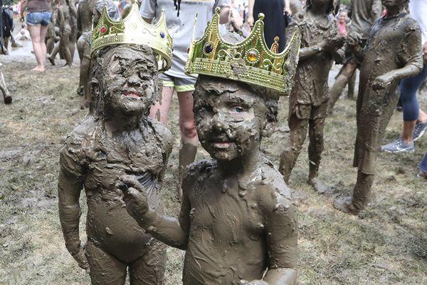 """美国举办疯狂泥巴节 3岁男童获封为""""泥浆国王"""""""
