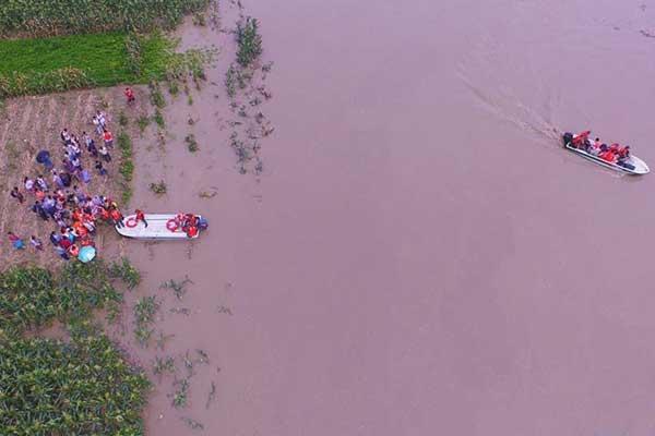 四川遂宁:洪水来袭 紧急转移被困村民