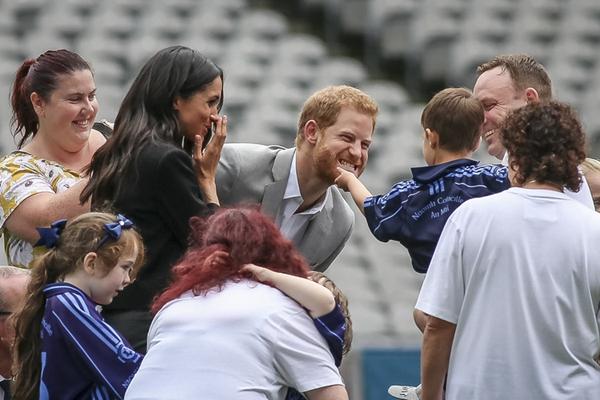 哈里王子出访爱尔兰遭孩子抚摸大胡子 梅根王妃捂嘴偷笑