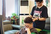 18岁男孩为人梳辫子3年买房 每月给父母5千