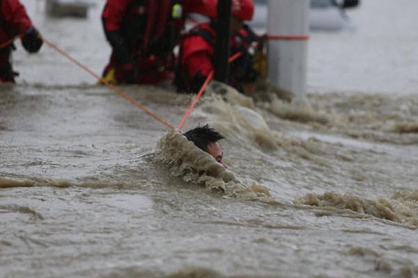 绳索上生死救援:他们获救后与消防一起救人