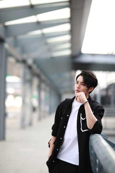 曹佑宁时尚街拍曝光  黑白潮范儿魅力十足