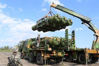 最强低空火力!我军女兵吊装红旗16防空导弹