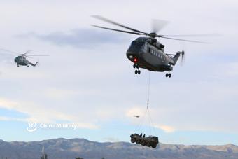 陆航直8G直升机吊挂山猫战车练快速突击