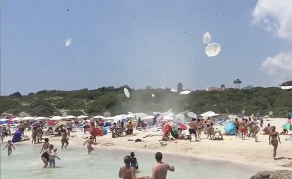 妖风突袭西班牙海滩致遮阳伞充气垫满天飞