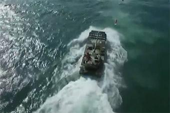 水陆两栖战车演练海上突击场景很震撼