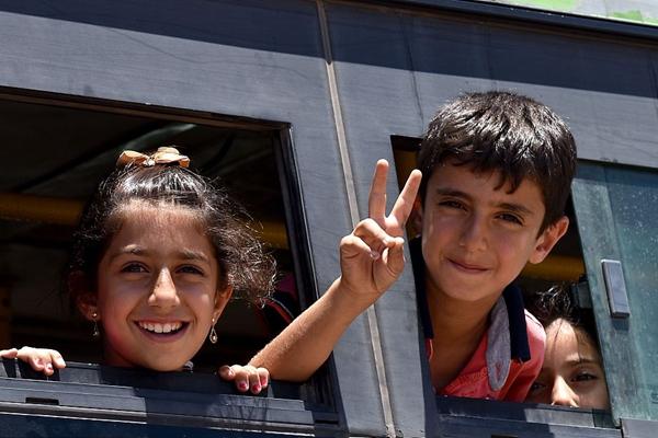 叙利亚与反政府军达成停火协定 难民激动踏上返家路
