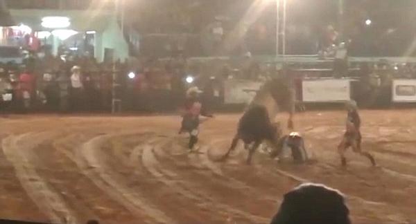 惋惜!巴西24岁小伙骑牛比赛中遭公牛重踏身亡