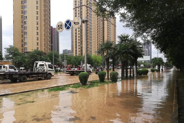渭河15年最大洪峰过境咸阳 马路成河20余车被淹