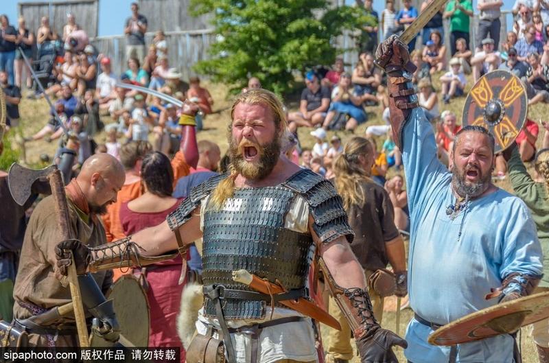 瑞典民众身着古代服饰表演再现维京时代盛况