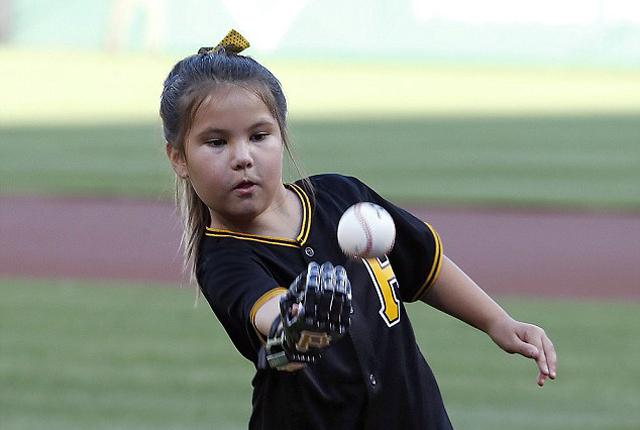 美职业棒球大联盟迎来最小机械手开球员