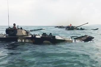 解放军两栖装甲战斗群在东南沿海演练