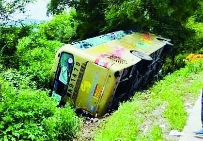 黑龙江一中学组织师生夏令营,载师生客车侧翻已造成1死4伤