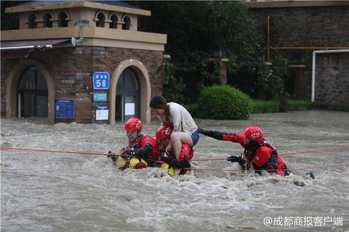 成都大水猛涨5名小伙被困 获救后与消防一起救人