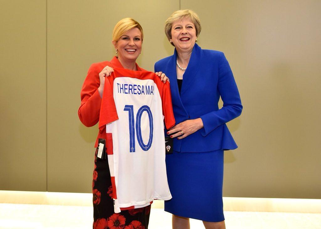 克罗地亚女总统赛前送球衣