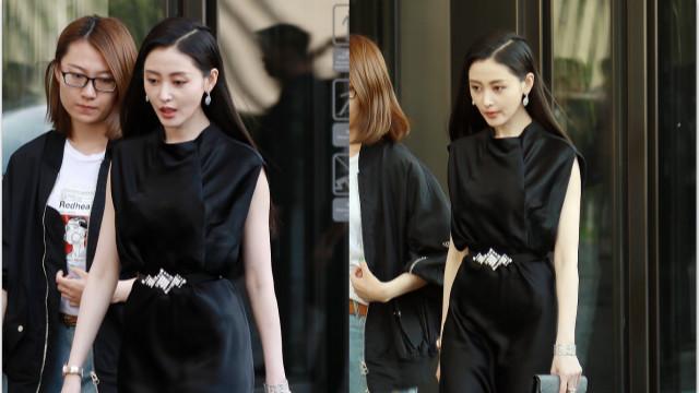 张天爱穿黑色长裙配红唇明艳动人 气场十足