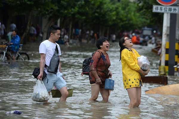 洪水过后 四川金堂民众开展互助自救