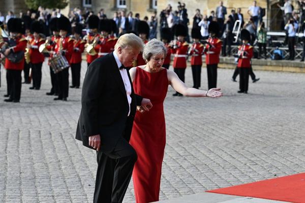 特朗普出访英国  贴心搀扶女首相上台阶显绅士风度