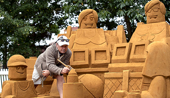 英乐高乐园大型沙滩度假主题沙雕揭幕 耗费20吨沙子完成