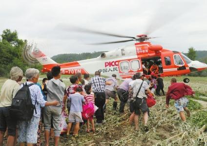 船撞断大桥致350人被困孤岛 无人机运粮直升机救人