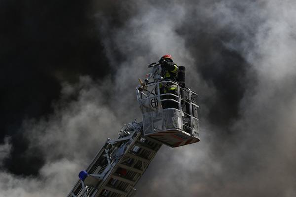 波兰格丹斯克一汽车修理车库发生火灾 黑烟遮天蔽日
