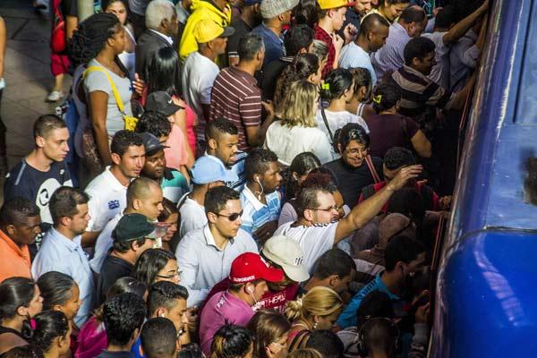 巴西圣保罗民众乘车现场超拥挤 堪比北京早晚高峰