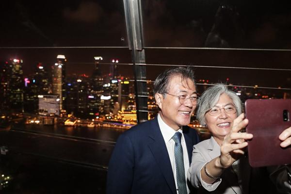 韩总统文在寅夜游新加坡 与外长康京和开心自拍