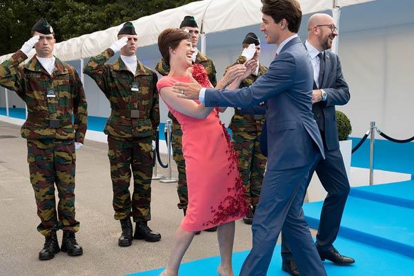 特鲁多皮一下很开心!避开比利时首相拥抱先亲吻其女友