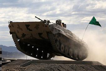 为备战国际军事比赛 装甲车被练的飞起
