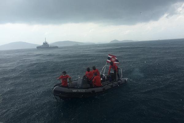 不放弃!普吉游船倾覆事故现场突降暴雨 中泰救援队继续打捞