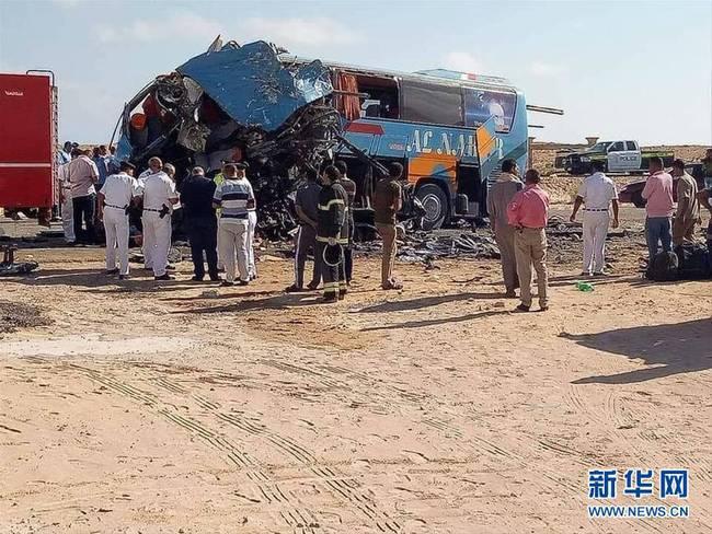 埃及卡车与大巴相撞至少10人死亡(组图)
