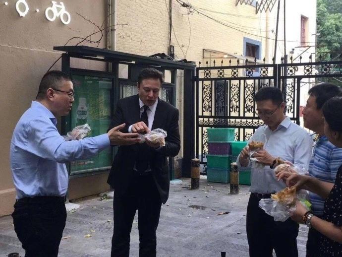 特斯拉宣布中国建厂 马斯克被拍在街头吃煎饼果子