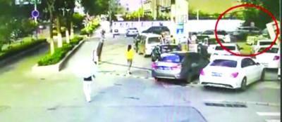 合肥一司机加油忘拔油枪 拽倒了加油机