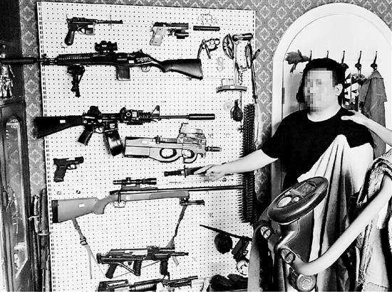 """男子把书房变成枪械库整面墙都是""""枪"""" 民警看呆"""