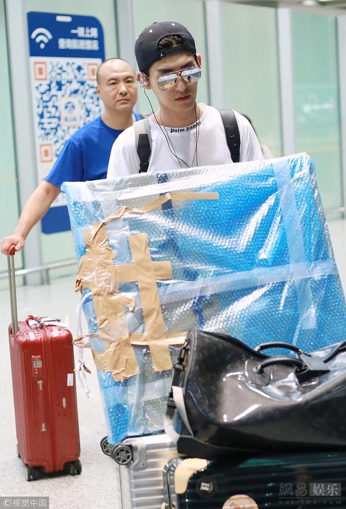 张翰清爽造型养眼 搬运行李似扫货归来