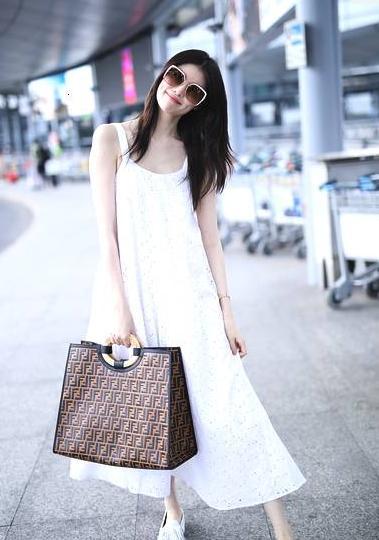 何穗身穿宽大白裙显得身材瘦削皮肤白皙,白色裙摆飘飘似仙女