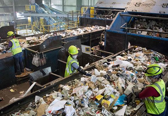 中国拒收洋垃圾 美国废物回收厂垃圾堆积如山