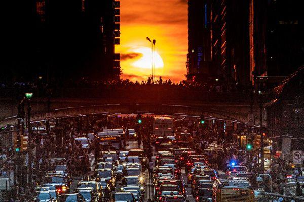 """""""曼哈顿悬日""""再现纽约上空 路人蜂拥围观致交通瘫痪"""