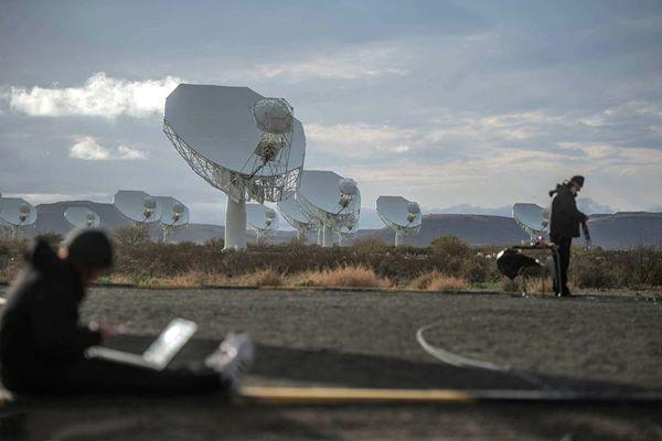 """南非揭幕""""世界最强""""射电望远镜阵列"""