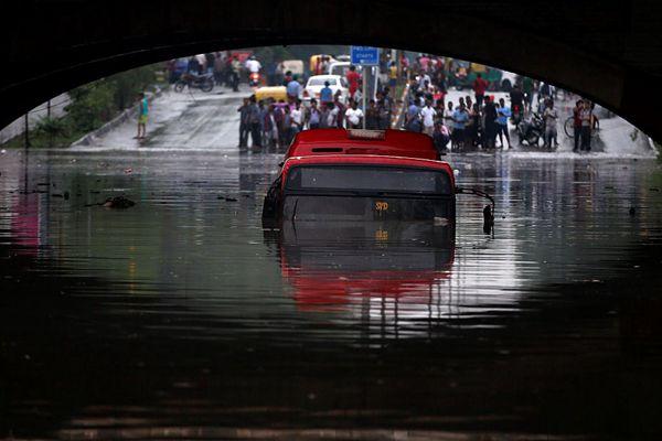 印度多地遭暴雨洪涝 汽车桥下被淹只露车顶