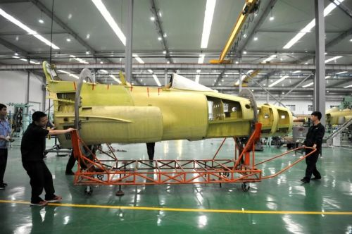 首架国产FTC-2000G战斗机总装 DSI进气道亮眼