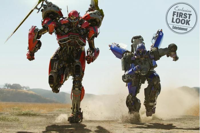 《大黄蜂》电影剧照 霸天虎变身红、蓝肌肉车