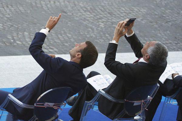 李显龙受邀观礼法国国庆阅兵仪式忙拍照