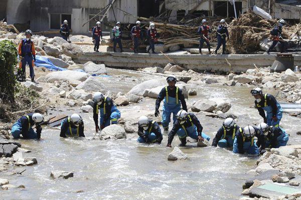 日本暴雨救援行动继续 警方洪水中搜寻失踪者