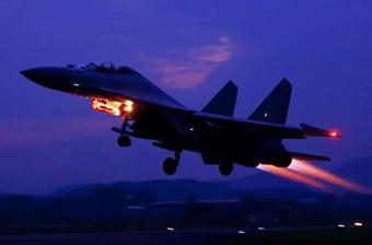 气场全开:我军歼16战机夜间出击画面首度公开