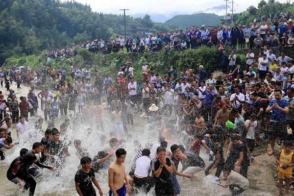 """广西柳州:民众""""闹鱼""""享清凉"""