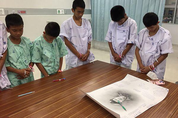 泰国获救少年足球队员纪念牺牲海豹突击队员 低头落泪