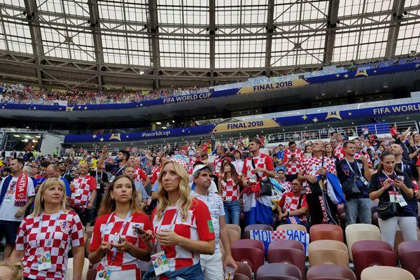 世界杯决赛即将开战 卢日尼基球场的各国球迷共享狂欢