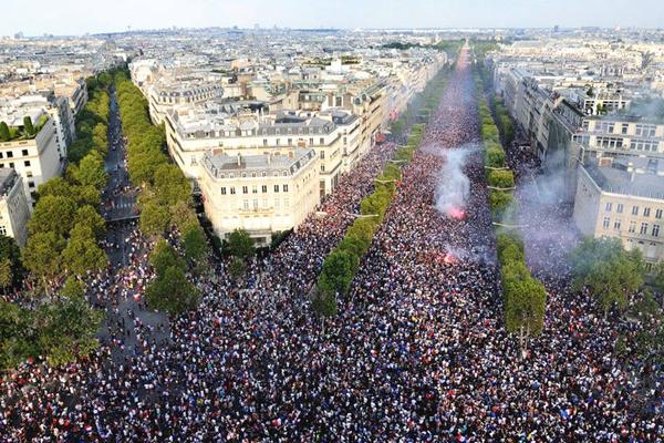 法国队夺得世界杯冠军 球迷聚集在香榭丽舍大街庆祝